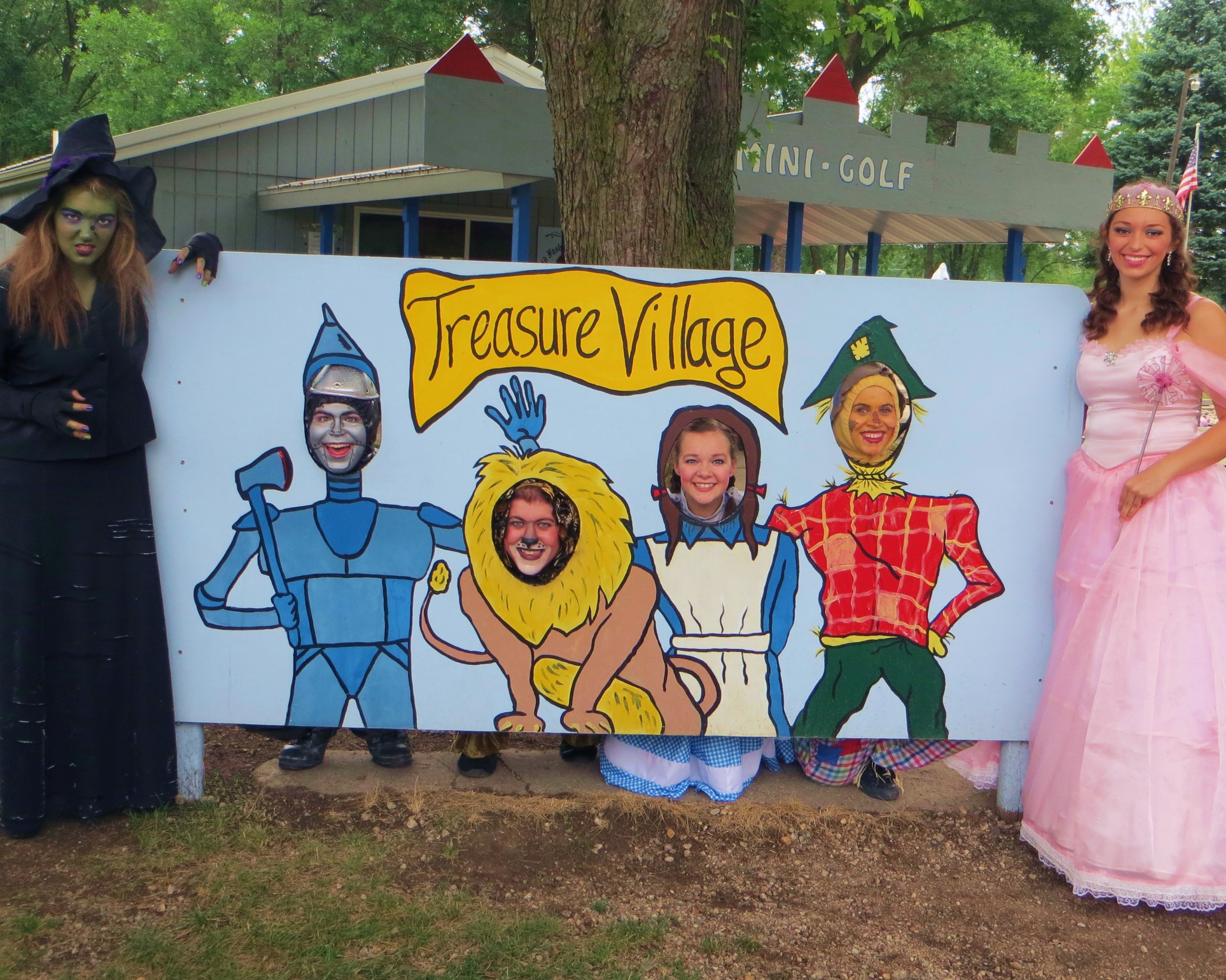 Wizard of Oz cast posing at the Mini-Golf with their likeness!